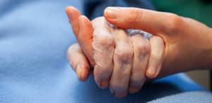 compasion, desarrollo humano sostenible, tomando la mano de una persona anciana