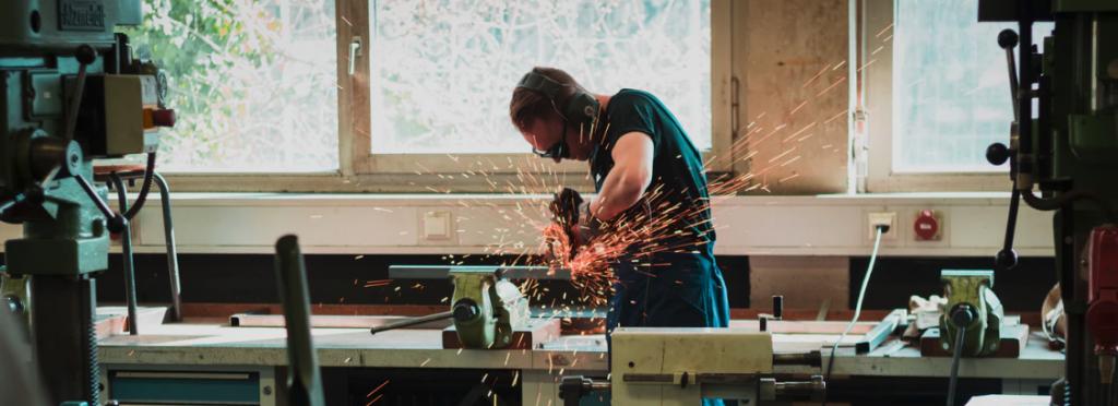 Hombre trabajando con maquinas en un espacio de trabajo y herramientas
