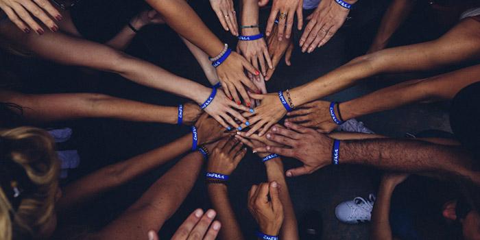 manos de personas unidas en el centro autogestión en comunidad